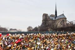 Pont de l'Archeveche avec le cadenas d'amour à Paris Image stock