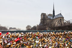Pont de l'Archeveche com o cadeado do amor em Paris Imagem de Stock