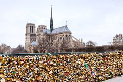 Pont de l Archeveche con amor padlocks en París Imagen de archivo libre de regalías