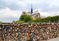 Pont de l Archeveche con amor padlocks en París Imagen de archivo