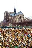 Pont de l Archeveche mit Liebe padlocks in Paris Stockbild