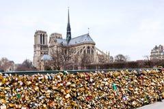 Pont de l Archeveche mit Liebe padlocks in Paris lizenzfreies stockbild