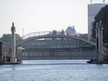 Pont de la Crimeé på kanalen St Martin, Paris arkivfoto