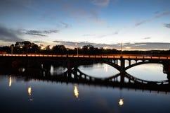 Pont de Lamar dans Austin pendant le coucher du soleil Images libres de droits