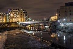 Pont de Leeds la nuit (longue exposition) Photos stock