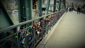 Pont de libera de Francfort au-dessus de la canalisation de rivière avec des serrures Photographie stock libre de droits