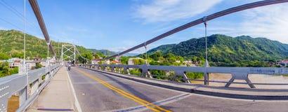 Pont de Luis Ignacio Andrade au-dessus de rivière de Magdalena images libres de droits