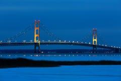 Pont de Mackinac à l'heure bleue image stock