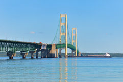 Pont de Mackinac, cargo photo stock