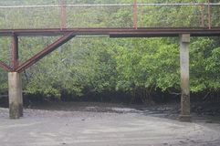 Pont de marche au-dessus de rivière images stock