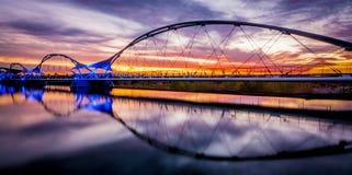 Pont de marche de coucher du soleil photographie stock libre de droits