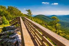 Pont de marche et vue des Appalaches de grand Schloss, la Virginie Photographie stock