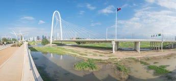 Pont de Margaret Hunt Hill et Dallas Skylines du centre Photos stock