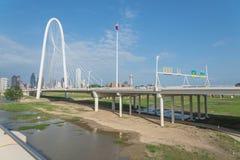 Pont de Margaret Hunt Hill et Dallas Skylines du centre de Photo stock
