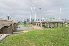 Pont de Margaret Hunt Hill et Dallas Skylines du centre de Photos stock