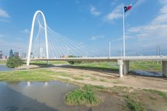 Pont de Margaret Hunt Hill et Dallas Skylines du centre de Image libre de droits