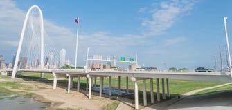 Pont de Margaret Hunt Hill et Dallas Skylines du centre de Photographie stock
