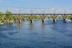 Pont de Merefa-Kherson à travers la rivière de Dnieper Image stock