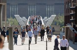 Pont de millénaire avec un bon nombre de gens de marche Londres, R-U Photo stock