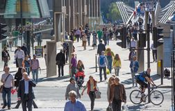 Pont de millénaire avec un bon nombre de gens de marche Londres, R-U Images stock