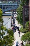 Pont de millénaire avec un bon nombre de gens de marche Londres, R-U Photographie stock