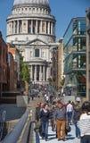 Pont de millénaire avec un bon nombre de gens de marche Londres, R-U Photo libre de droits