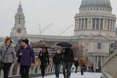 Pont de millénaire et cathédrale de St Paul à Londres Photos libres de droits