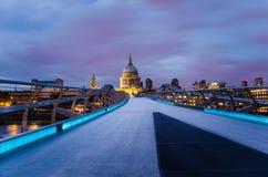 Pont de millénaire et cathédrale de St Paul la nuit photographie stock libre de droits