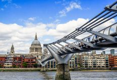 Pont de millénaire et cathédrale de St Paul images libres de droits
