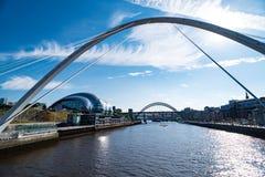 Pont de millénaire de Gateshead au-dessus de la rivière Tyne photo stock