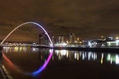 Pont de millénaire la nuit au-dessus de la rivière Tyne Images libres de droits