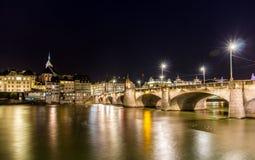 Pont de Mittlere à Bâle la nuit Image stock
