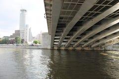 Pont de Moscou mais sous le pont photos stock