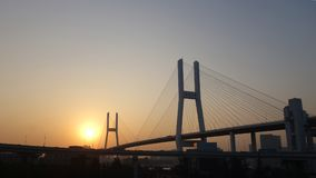 Pont de Nanpu à Changhaï au-dessus du coucher du soleil image stock
