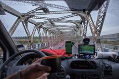 Pont de navigation de promenade en voiture dans la voiture avec le drain du thé photos libres de droits