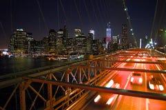 Pont de New York Brooklyn la nuit avec des taxis photographie stock libre de droits