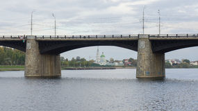 Pont de Novovolzhsky et le couvent du ` s de Catherine Photo stock