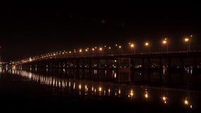 Pont de nuit au-dessus de la rivière banque de vidéos