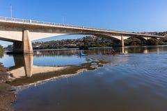 Pont de Paddlers de canoë-kayak de rivière images libres de droits