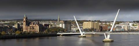 Pont de paix à Londonderry photographie stock libre de droits
