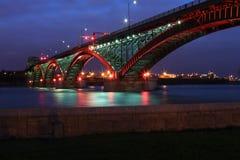 Pont de paix avec les feux rouges et verts Images stock