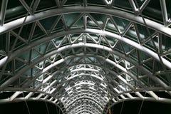 Pont de paix Volez et la construction en verre Photographie stock