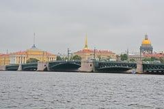 Pont de palais, Amirauté et St Isaac& x27 ; cathédrale de s dans le St Petersbourg, Russie Photos libres de droits