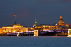 Pont de palais, cathédrale de ` s d'Amirauté et de St Isaac, égalisant en février Vue de la rivière congelée de Neva St Petersbur Photographie stock