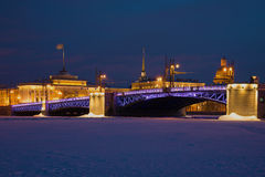 Pont de palais dans la perspective de l'Amirauté le soir de février Hiver St Petersburg, Russie Photos libres de droits