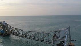 Pont de Pamban, machinant la merveille sur la mer images libres de droits