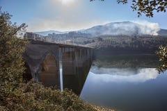 Pont de Pesga de La au-dessus des eaux de réservoir de Gabriel y Galan, Espagne Image libre de droits