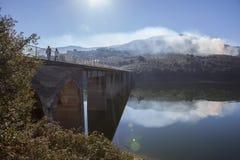 Pont de Pesga de La au-dessus des eaux de réservoir de Gabriel y Galan, Espagne Photos stock