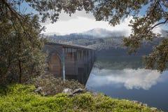 Pont de Pesga de La au-dessus des eaux de réservoir de Gabriel y Galan, Espagne Photographie stock libre de droits