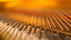 Pont de piano et plan rapproché de ficelles image stock